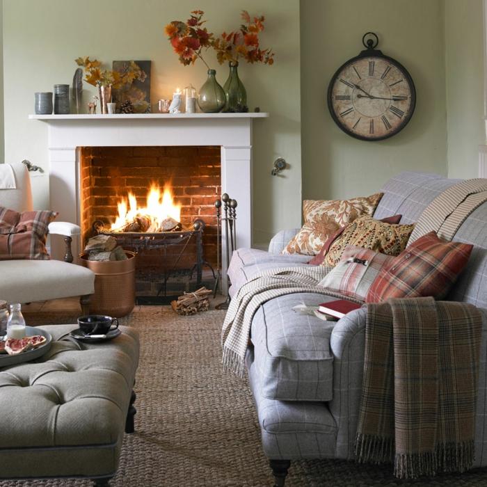ein Wohnzimmer mit hellgrüne Wand und graues Sofa, Sackleinen Teppich, kleine Räume einrichten