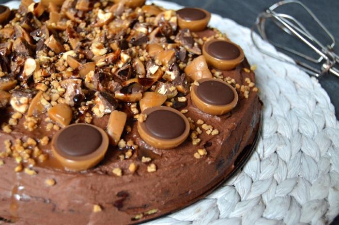 Toffifee Torte Rezepte, Kuchen mit einem Boden, ganze und zerstückelte Pralinen als Dekoration