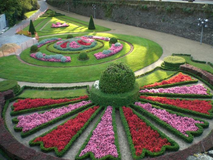 Garten Ideen günstig, ein runder Garten mit rosa und rote Blumen, geometrische Formen