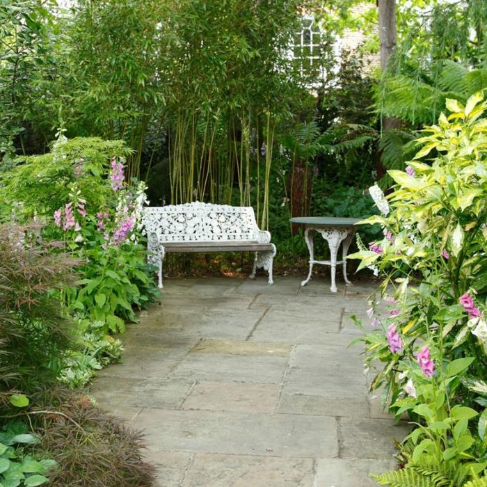 Barock Gartenmöbel in weißer Farbe, hohe Zierbäume, Garten Ideen günstig, lila Blumen