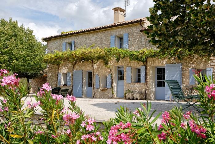 rosa Blumen, ein gemütliches Haus mit Kletterpflanzen, Garten Ideen günstig, bequeme Gartenmöbel