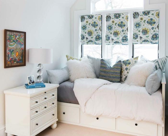 ein kleines Bett, ein Regal als Nachttisch, buntes Bild, kleine Regale, kleine Räume optisch vergrößern
