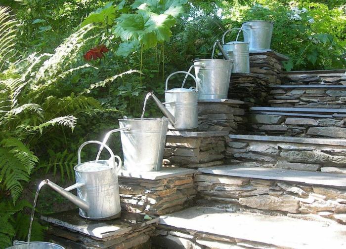 Gießkanne aus Metall, ein Bewasserungssystem, das Wasser fließt die Treppe herab, Garten Ideen günstig