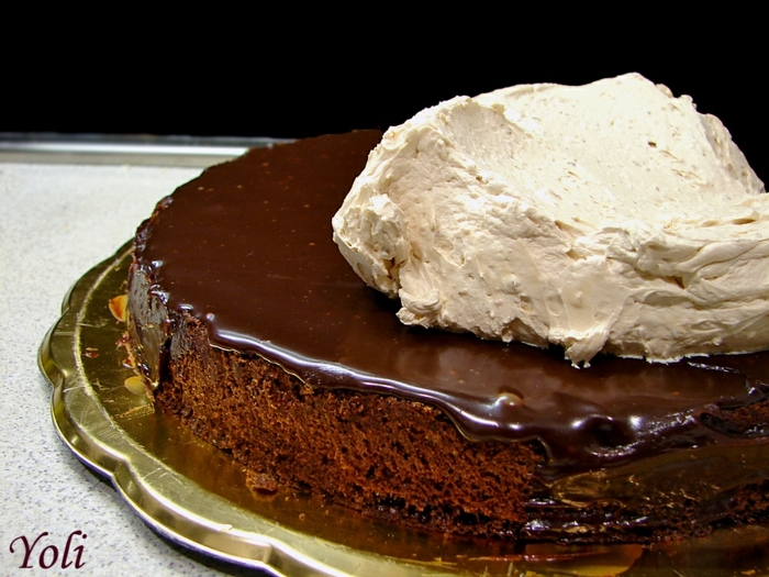 ein leckeres Rezept für Geburtstagstorte mit Schokoladenglasur und Toffifee Creme