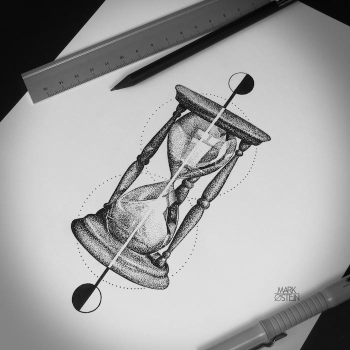 sanduhr gezeichnet, ein graues lindal, ein langer schwarzer bleistift, ein blatt papier mit einem bild mit einem tattoo mit einer großen grauen sanduhr mit einem weißen sand