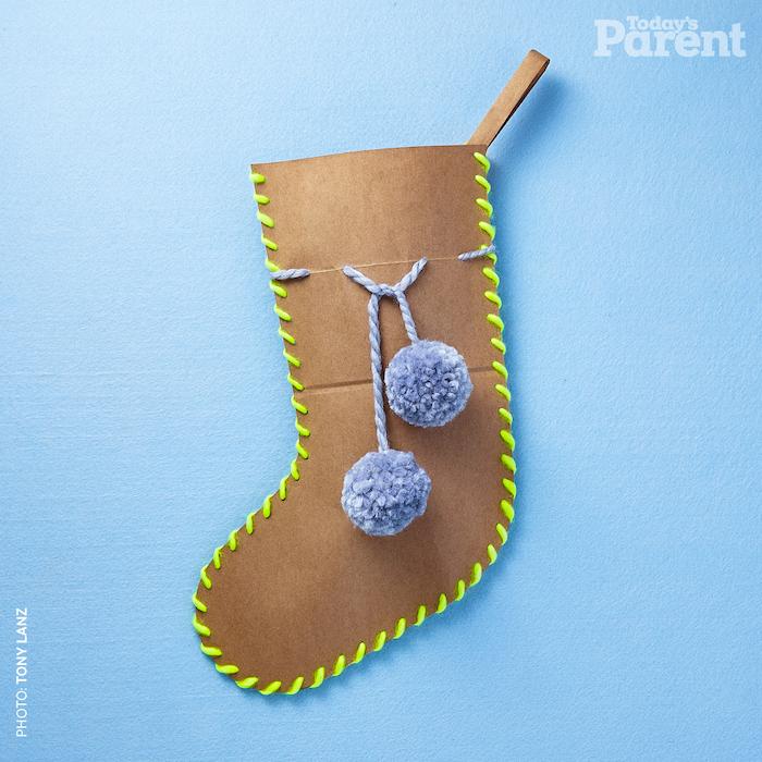 socken aus einer alten braunen tüte aus papier und mit einem grünen faden und ein blauer tisch, basteln mit papier, papiertüten braun