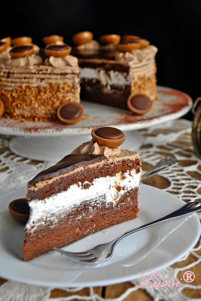 ein klassisches Rezept für Toffifee Schokoladenkuchen, weiße Creme, Toffifee Pralinen