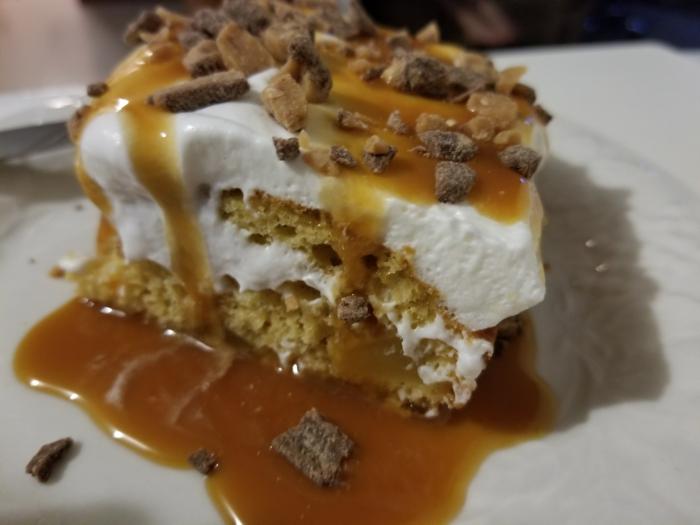 ein Stück Torte mit viel Karamell, weiße Creme und Toffifee Brocken, schnelle Geburtstagstorte