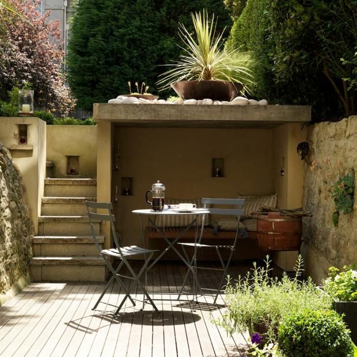ein runder Tisch mit zwei Stühle, eine Nische, Gartendiele, Pflanzen in Kübeln, Garten Ideen günstig