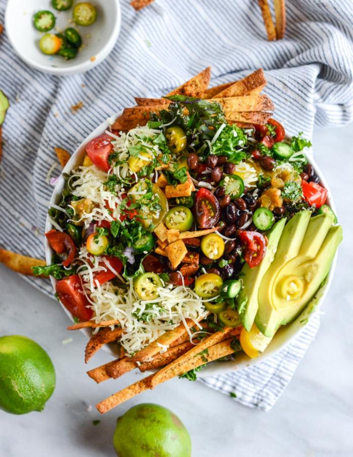 ausgefallene Salate für Grillparty, ein Stück Avocado auf Scheiben, Kräcker