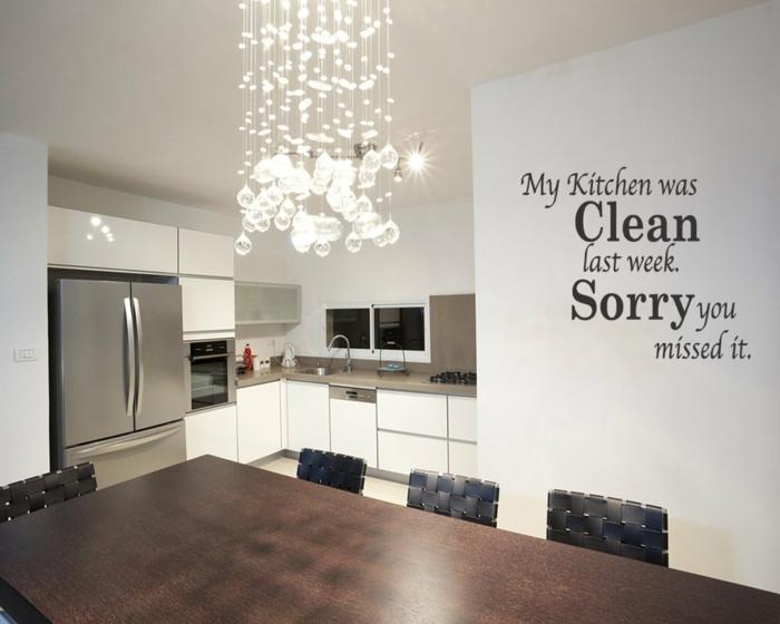 Wandtattoo Küche, eine interessante Aufschrift mit schwarzen Buchstaben auf einer weißen Wand