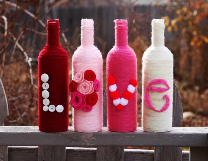 die vier Flaschen die die Aufschrift Love formen sind auf einer Terrasse, Flasche als Geschenk verpacken