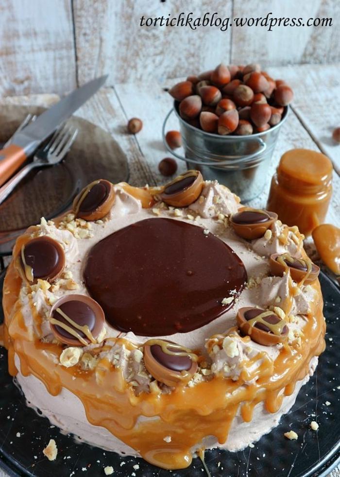 eine Toffifee Torte, die die Praline ähnelt, Caramel als Glasur, Schokolade Glasur mittens