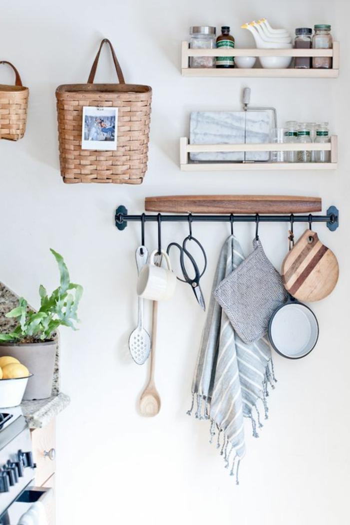 zwei Regale, ein Körbchen, eine Garderobe mit Küchenzubehör, weiße Küchenwand gestalten