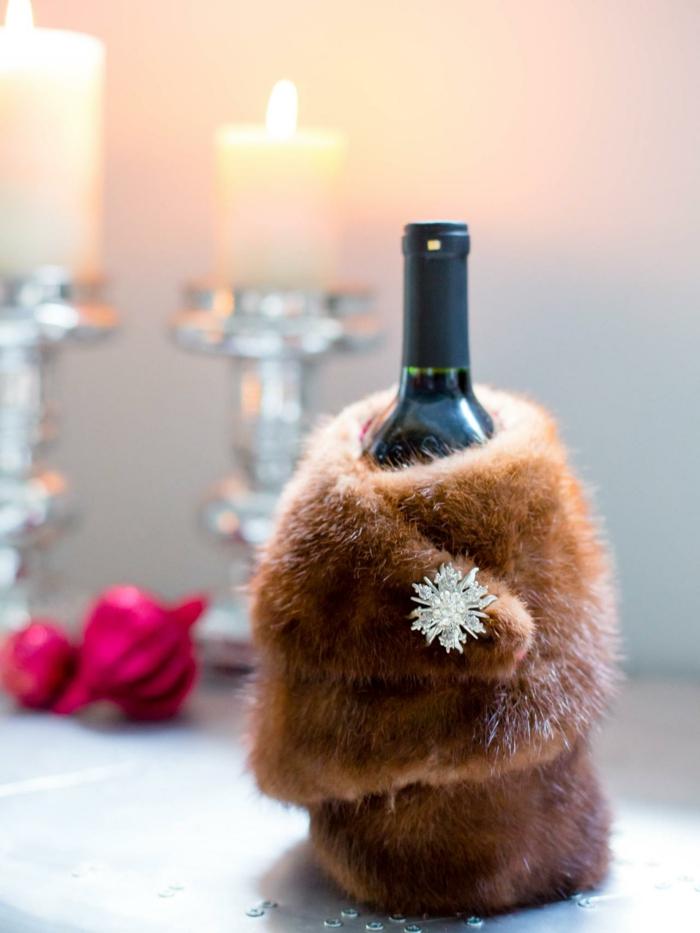 Weinflasche verpacken, Perzmantel für eine Weinflasche für eine echte Dame, Flasche mit Schmuckstück