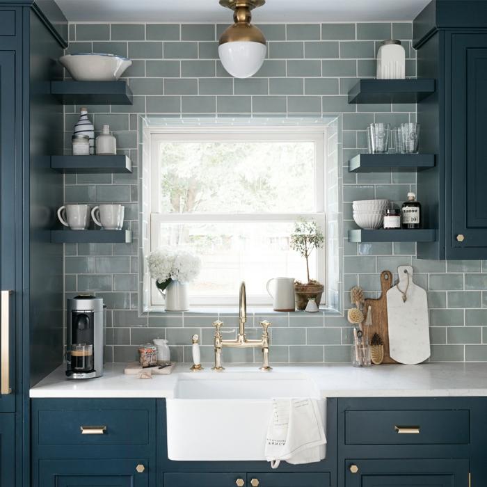 graue Fliesen, blaue Regale mit Geschirr als Dekoration, Küchenwand gestalten, weißer Waschbecken