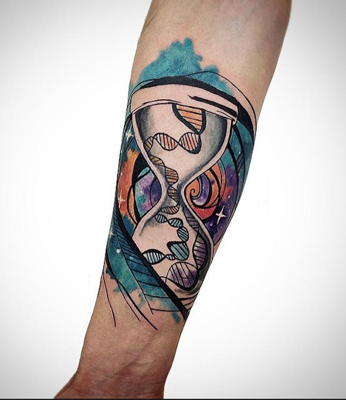 eine hand mit einem großen farbigen watercolor tätowierung, ein sanduhr tatto, eine große sanduhr mit dns und mit einem himmel mit vielen kleinen weißen sternen, sanduhr symbol