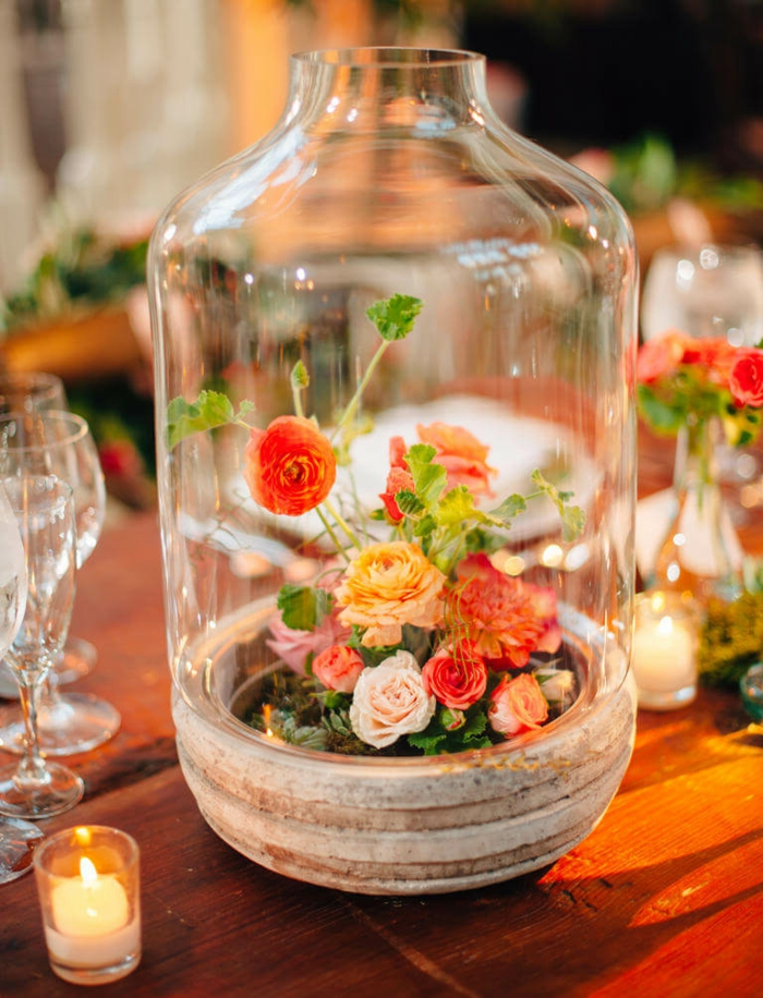 ein Weckglas mit kleinen Rosen, Deko Kommunion, eine färbige Kombination von Blumen