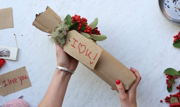 ein Geschenk zum Valentinstag, eine Flasche mit Aufschrift Ich liebe dich und natürliche Deko