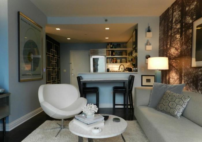 kleine Räume einrichten, ein eleganter weißer Sessel, kleiner Couchtisch, Nachtlampe