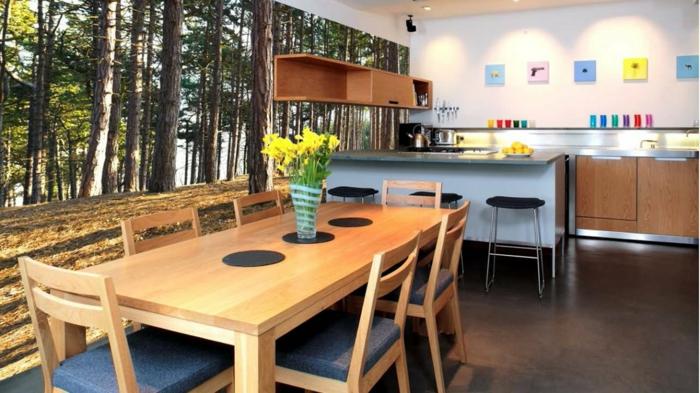 eine kleine Küche gestalten, Fototapete mit hohen Bäumen, eine Vase mit gelben Blumen, Küchenwand gestalten