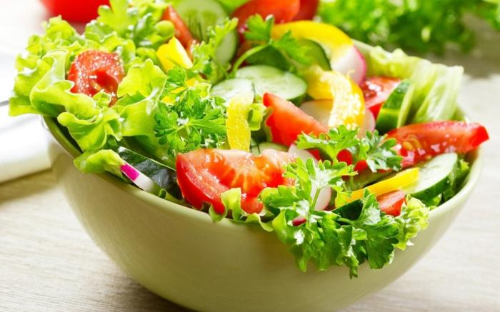 ausgefallene Salate für Grillparty, Salat, Petersilie und Tomaten, Radieschen