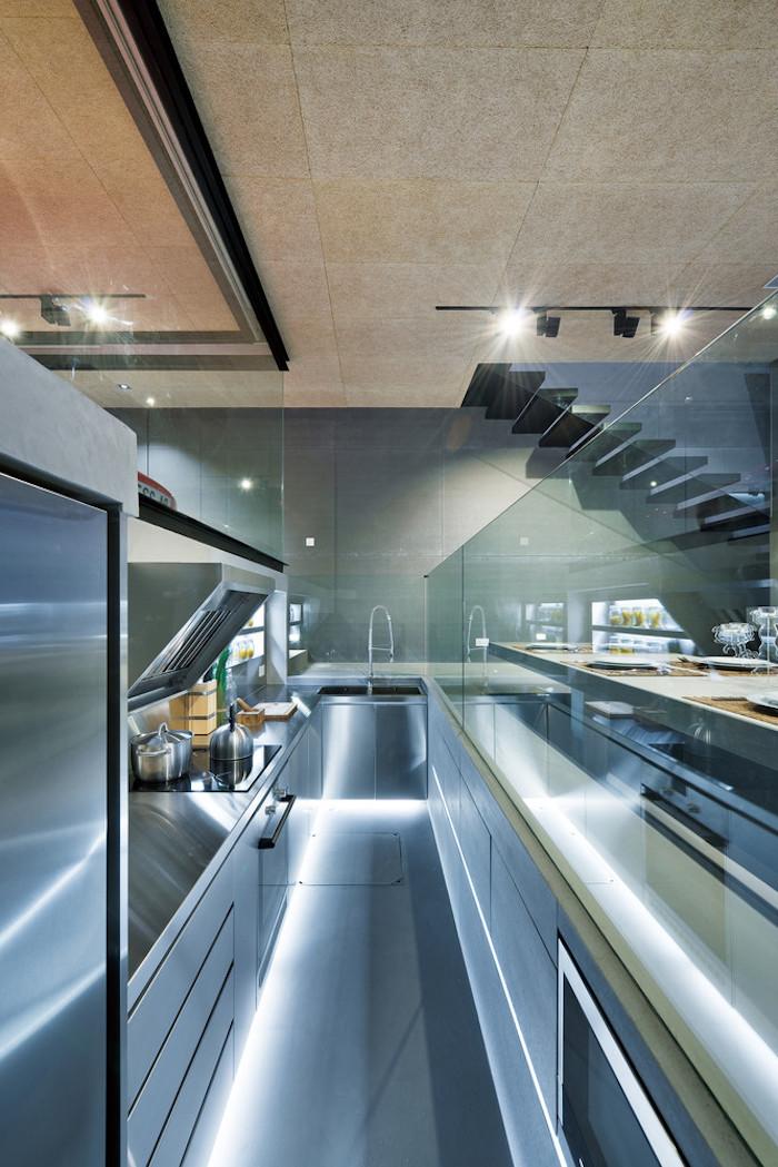 eine große graue küche mit einem grauen waschbecken und mit einer grauen langen treppe und lampen, ein zimmer einrichten