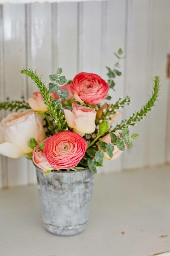 rosa Rosen, grüne Blätter, ein silbernem Blumentopf, Deko Kommunion