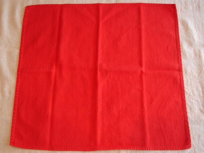eine weiße decke und eine große rote serviette, servietten falten einfach und wirkungsvoll, bestecktasche nähen