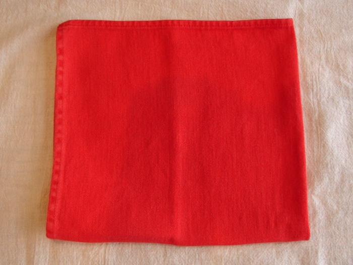 weiße decke und eine große rote serviette, eine rote bestecktasche machen, servietten falten einfach und wirkungsvoll
