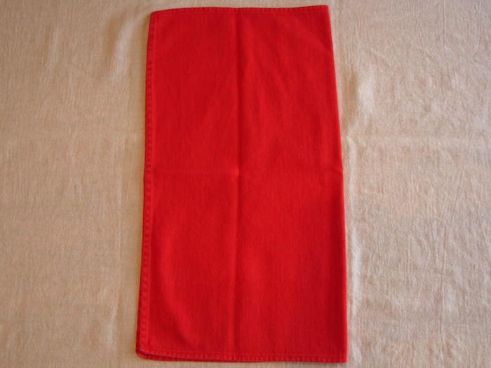 eine diy anleitung, servietten falten einfach und wirkungsvoll, eine große rote bestecktasche selber basteln, tischdeko selber machen