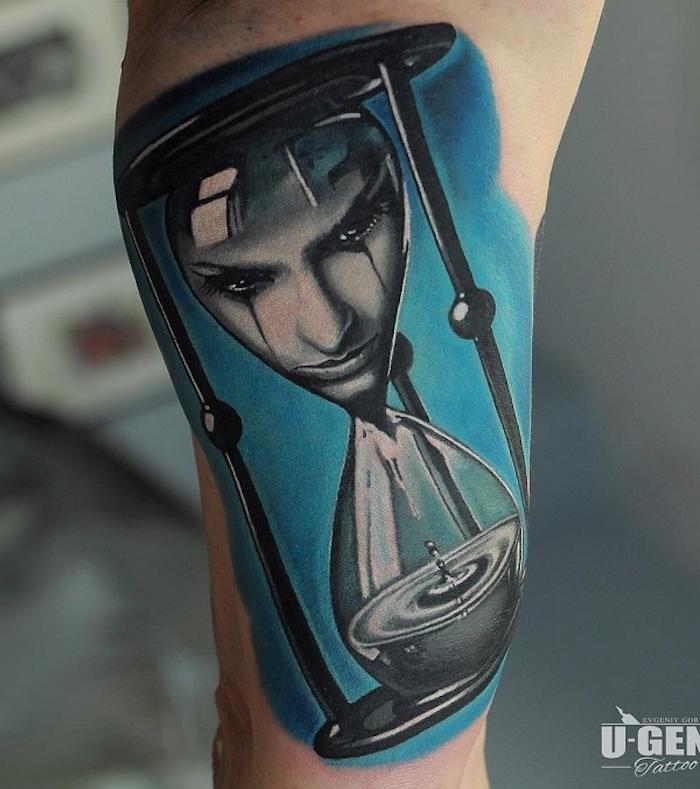 eine hand mit einem tattoo mit einer großen schwarzen sanduhr mit wasser, schwarzen tränen, eine weinende traurige junge frau, tattoo sanduhr bedeutung