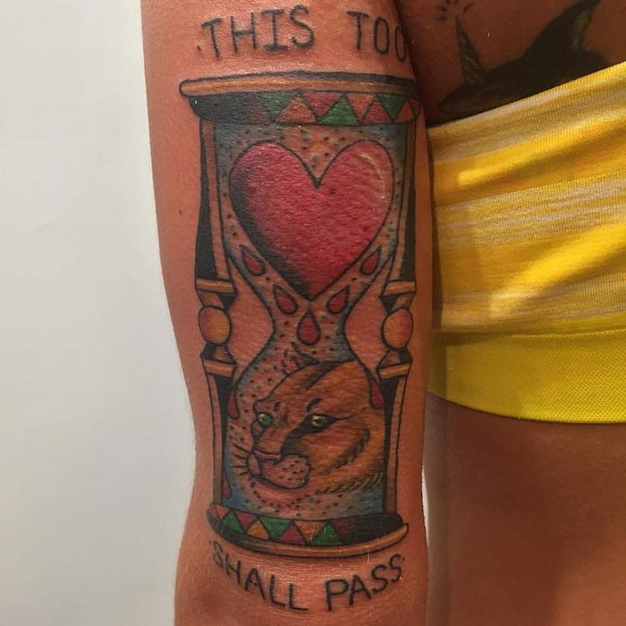 ein löwe mit grünen augen und einer kleinen pinken nase, eine frau mit einer hand mit einem großen tattoo mit einer großen sanduhr mit einem großen roten herzen, sanduhr bilder