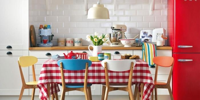Eine Karrierte Tischdecke, Bunte Stühle, Weiße Fliesen An Der Wand,  Wanddeko Ideen