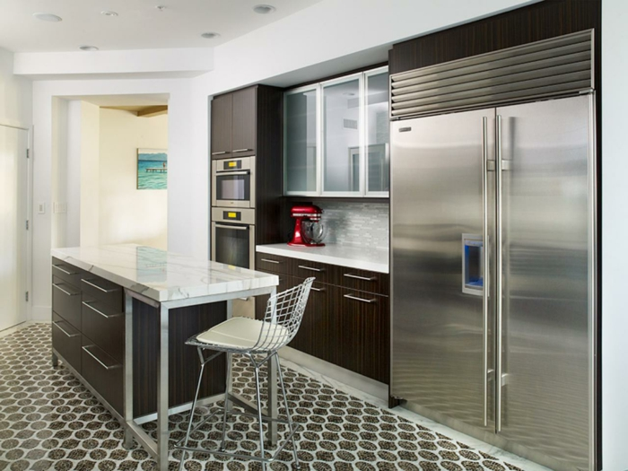 ein großer Kühlschrank, bunte Fliesen am Boden, eingebaute Ofen, Zimmer einrichten Ideen