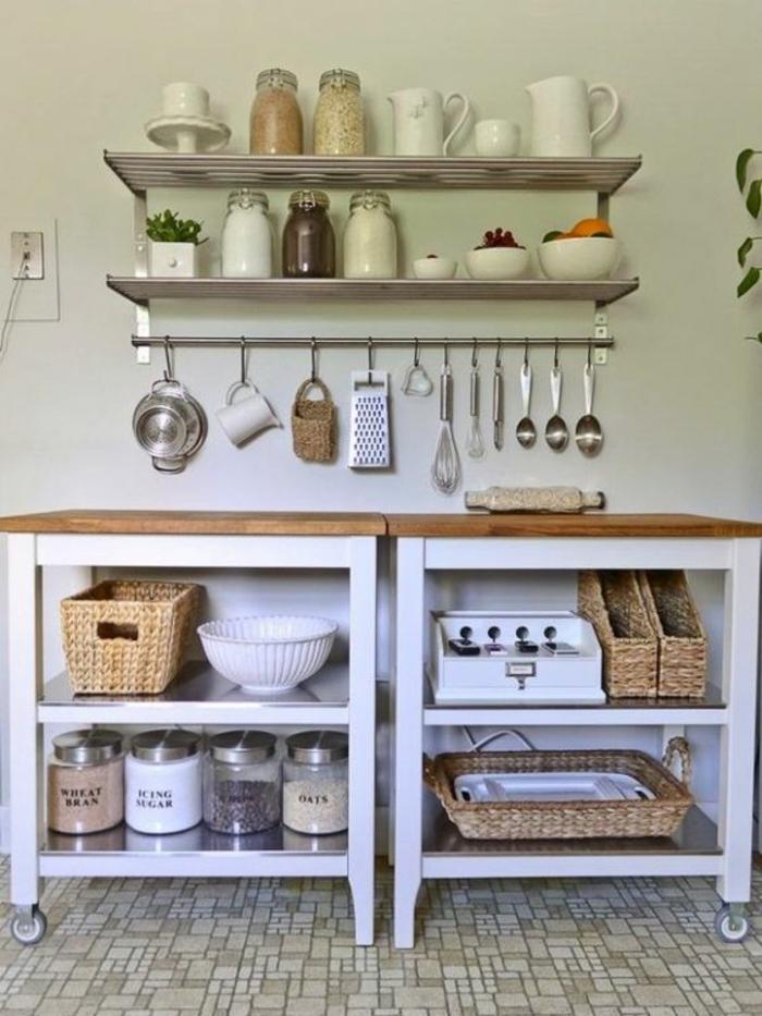 Wanddekoration Ideen, Regale aus Metal, gehängtes Küchenzubehör, weiße Wandfarbe