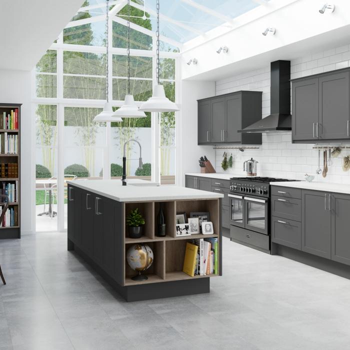 hellgraue Wandfarbe, graue Regale, Glaswand und Glasdach, moderne Küche