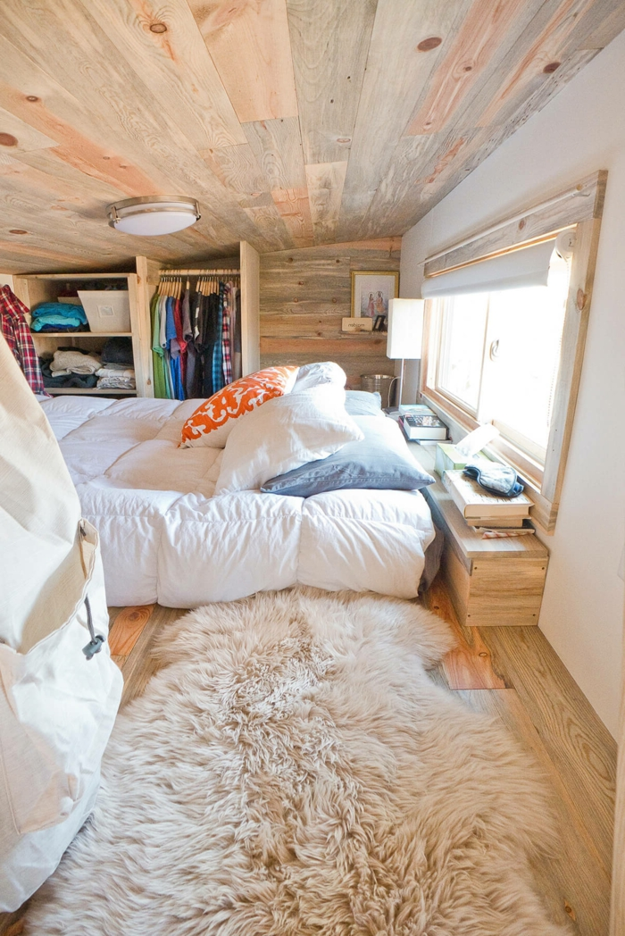 eine richtig kleine Dachwohnung, flausischer Teppich, eine Matratze als Bett, kleine Räume optisch vergrößern