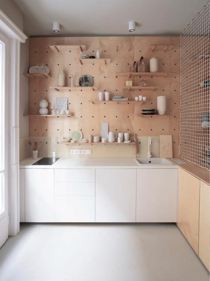 eine Wand mit vielen Regalen, auf jedes Regal gibt es eine Vase, Wanddeko Ideen