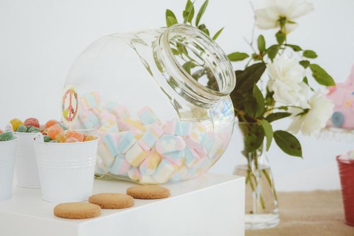 viele Bonbons aus verschiedenen Arten, Deko Kommunion, ein großer Weckglas