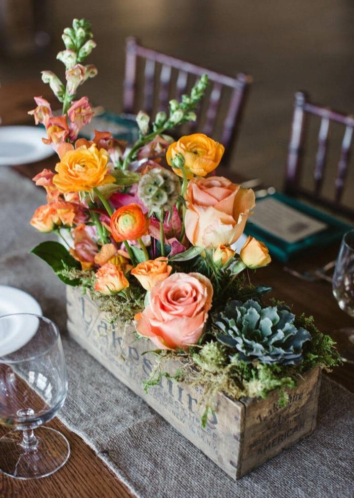 ein Kistchen voller bunte Blumen, Tischdeko Kommunion, grauer Tischläufer