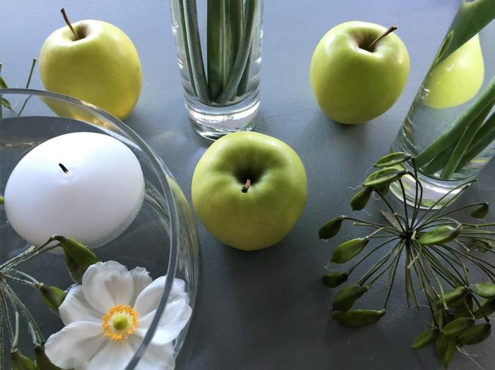drei Äpfel, Blumen, ein Akzent auf dem Tisch, eine Schale voller Wasser und Dekorationen, Deko Kommunion