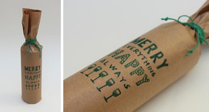 ein Glückwunsch zu Weihnachten auf braunem Papier mit grüner Schleife, Weinflasche verpacken