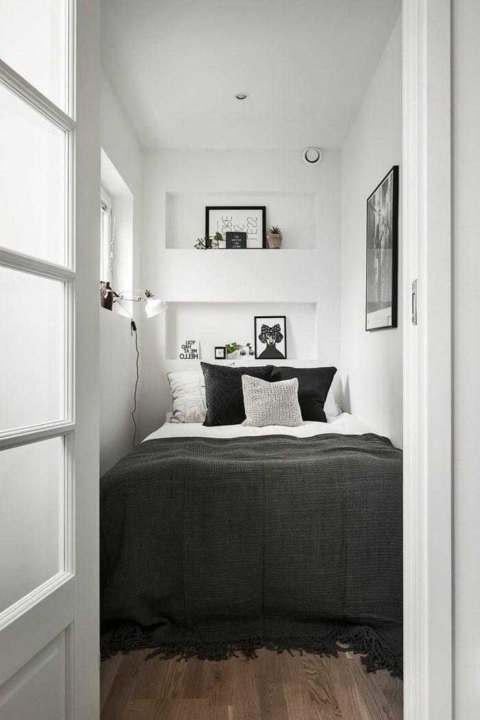 ein winziges Schlafzimmer, kleine Räume optisch vergrößern, eine schwarze Decke, schwarze und weiße Kissen