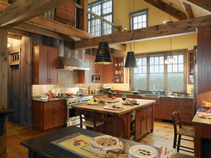 eine rustikale Küche in einem Landhaus, hängende Lampen und Balken, Wanddeko Ideen