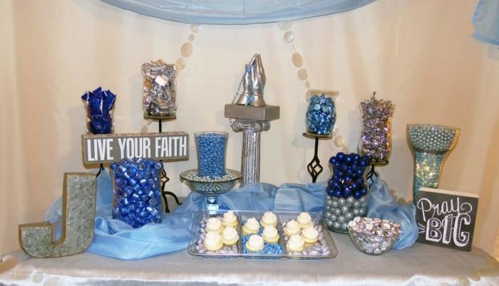 Deko Kommunion, blaue Bonbons, eine Skulptur von bettenden Händen