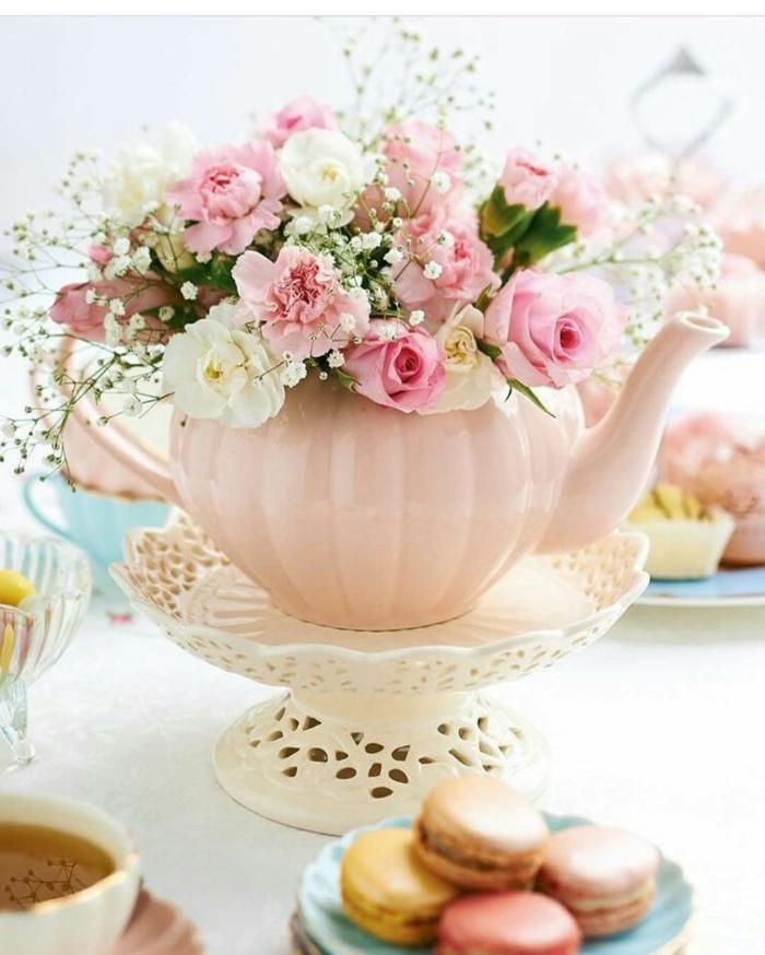eine Kanne, rosa und weiße Blumen mit kleinen grünen Akzenten, Deko Kommunion