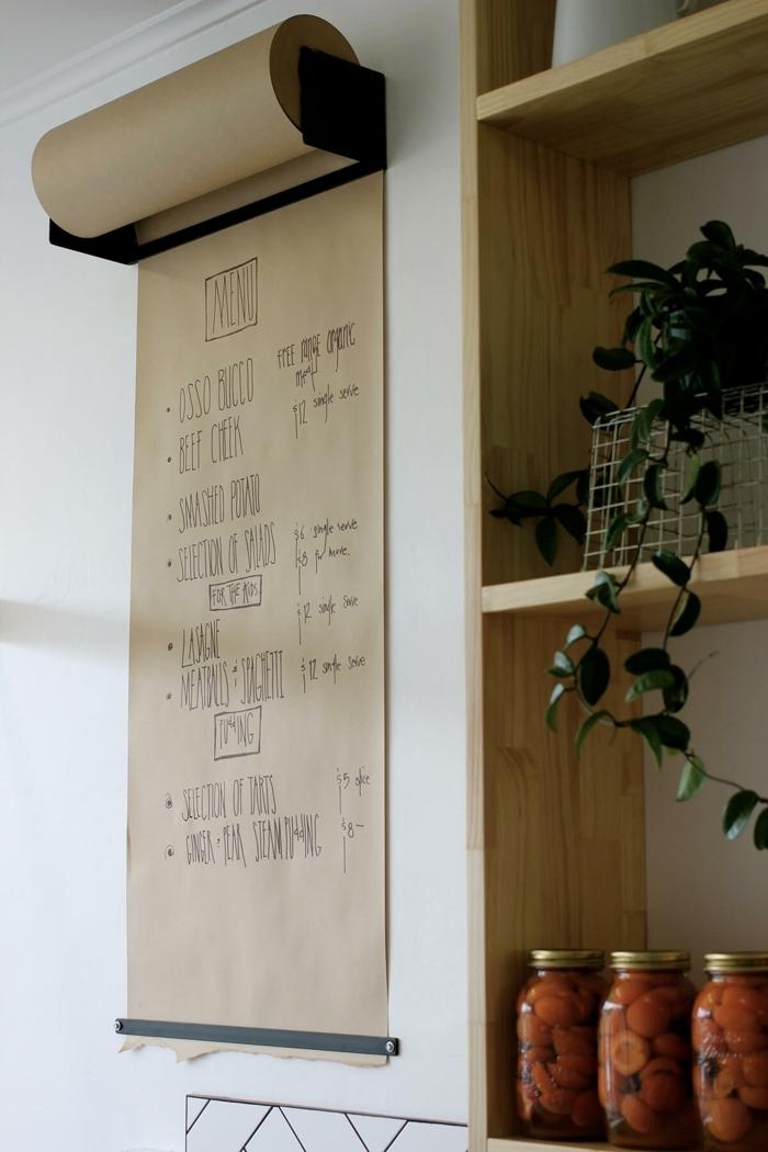 eine Rolle mit Papier, dort kann man die Speisekarte schreiben, Wanddeko Ideen