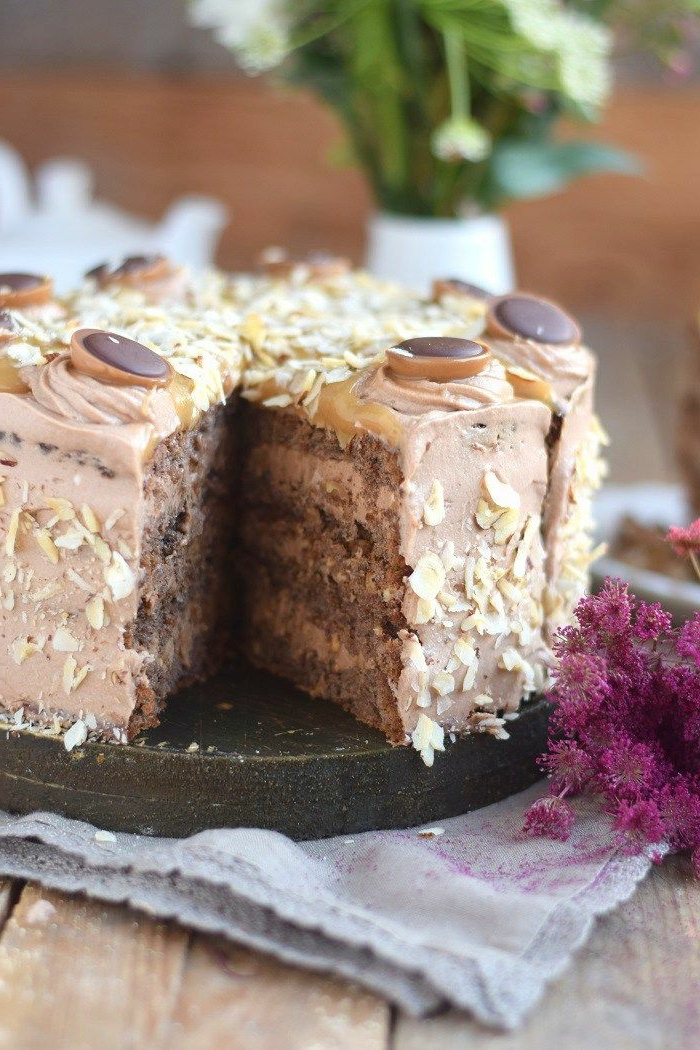 Toffifee Torte Rezepte, ein schöner, kleiner Kuchen mit Toffifee Pralinen als Dekoration