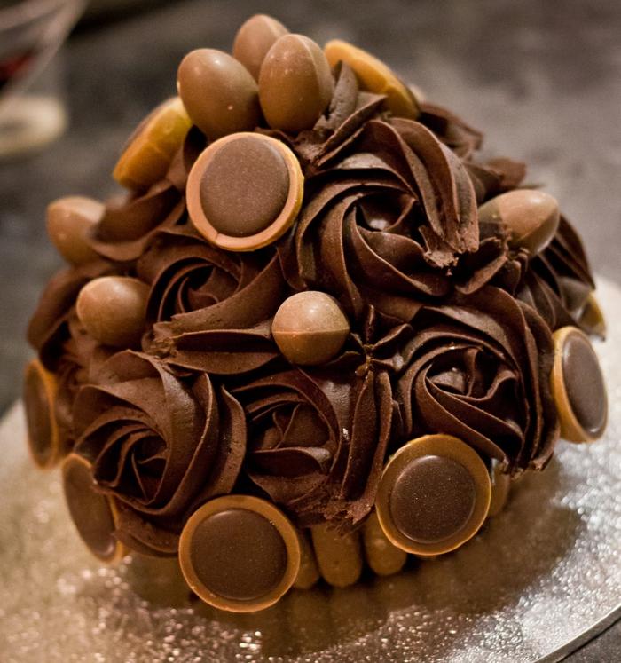 eine Toffifee Torte einfach himmlisch für ein Kindergeburtstag, leckere Schokoladeeier und Pralinen
